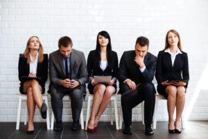 Des personnes attendant pour un entretien d'embauche